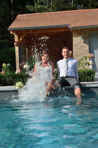 huwelijk in het zwembad